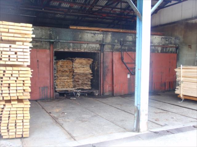 木材の端材を燃料に使うボイラー式の乾燥機にて中低温乾燥を行っています