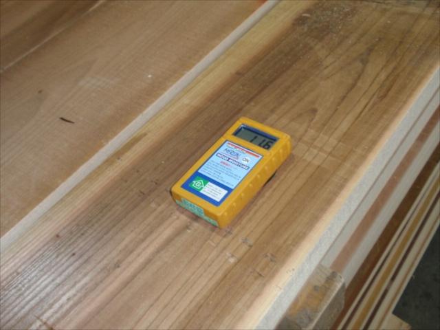 粗木の段階で含水率を計ります。12%~10%前後になっているかチェックします