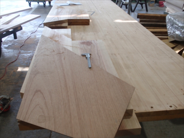 三段廻り踏板などはベニヤ板の型板をあてて角度、形の確認を行います