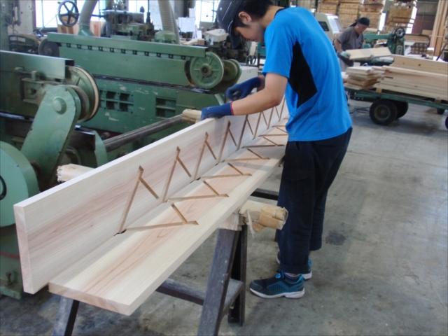 杉の側板チェック中 踏板、鼻の出、蹴上 それぞれのサイズチェック