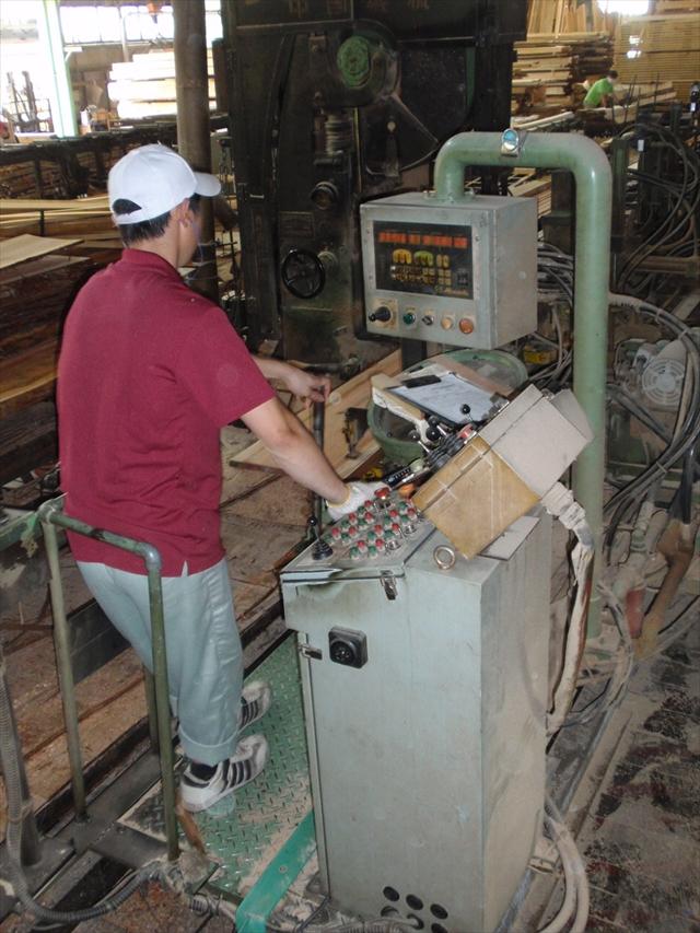 自社製材工場にて無垢階段の材料は丸太から製材されています