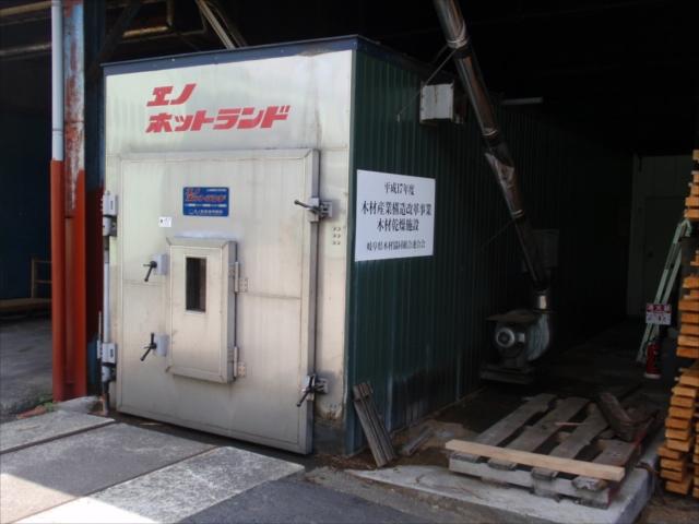 自社の乾燥機にて加工に最適な含水率になる様、乾燥させます